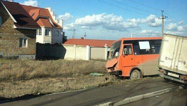 Столкновение автобуса и фургона на тротуаре в Симферополе