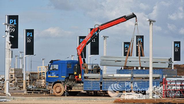 Техника на территории строительства парковки для рейсовых автобусов у здания нового терминала аэропорта Симферополь