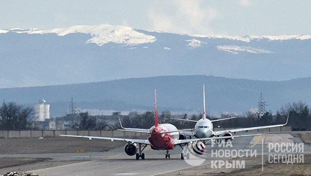 Самолеты на взлетно-посадочной полосе аэропорта Симферополь