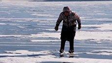 76-летняя сибирячка показала, как катается на коньках по замерзшему Байкалу