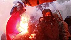 Радикалы сжигают российский флаг, изъятый в здании Россотрудничества в Киеве. 17 февраля 2018