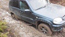 Застрявший в крымских горах автомобиль Нива