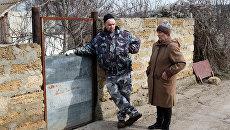 Председатель совета ветеранов с. Дальнего Надежда Макаренко и местный житель Андрей Баданин