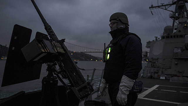 Американский военнослужащий на эскадренном миноносце ВМС США Карни