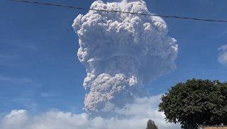 Многометровый столб дыма и пепел: извержение вулкана Синабунг в Индонезии