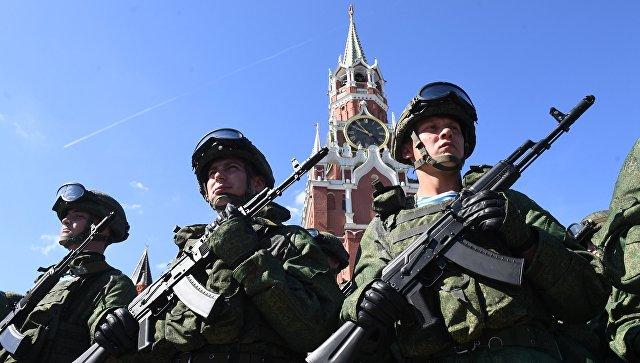 Военнослужащие на Красной площади в Москве.
