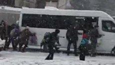 Пассажиры толкают застрявшую в снегу маршрутку в Севастополе