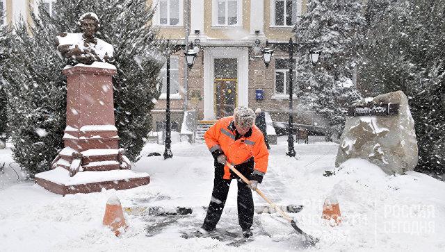 Коммунальщики приступили к уборке Симферополя