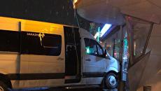 В Симферополе микроавтобус въехал в аптеку