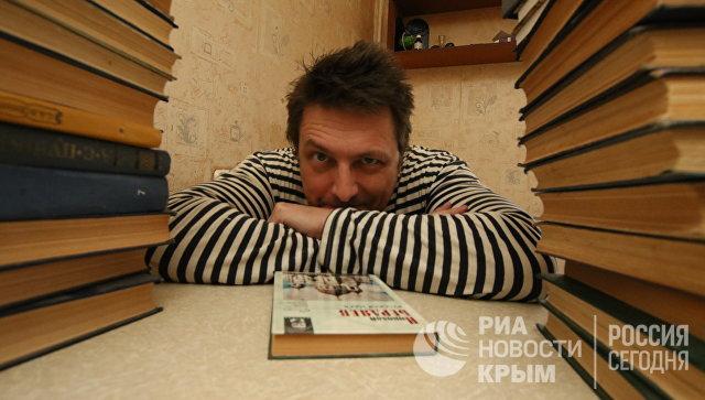 Писатель Николай Столицын на кухне в своей квартире