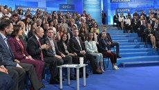 Президент РФ Владимир Путин на пленарном заседании V медиафорума независимых региональных и местных средств массовой инвормации Правда и справедливость