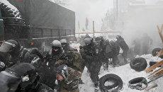 Сотрудники правоохранительных органов и митингующие во время столкновений у здания Верховной рады в Киеве. 3 марта 2018