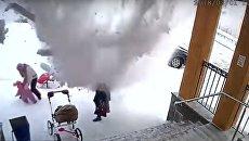 Скриншот с видео, как в Мурманске глыба снега упала на женщин и полуторогодовалого ребенка