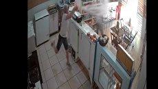 Скриншот с видео, где женщина в Бразилии окатила грабителя магазина водой из ведра