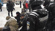 Митингующих у Верховной рады в Киеве силовики поставили на колени