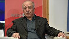 Филолог Айдер Эмиров на пресс-конференции в Симферополе