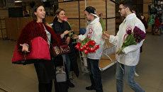 Волонтеры акции #ВамЛюбимые раздали тюльпаны женщинам в аэропорту Симферополь