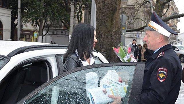 Сотрудники ГИБДД Ялты поздравили автоледи с 8 марта