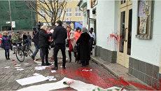 В Ужгороде на Театральной площади неизвестные напали на участниц акции по защите прав женщин. 8 марта 2018