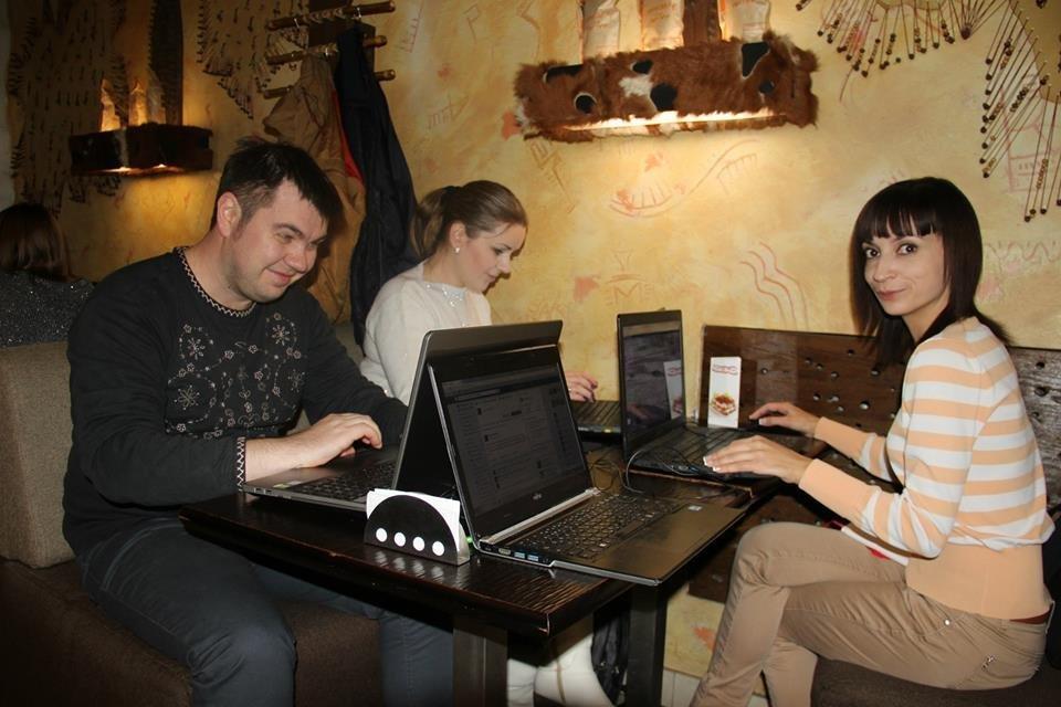 Сотрудники сайта РИА Новости Крым работают в кафе во время блэкаута