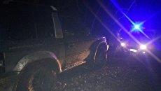 Эвакуация автомобиля Mitsubishi Pajero, который застрял в грязевой колее в Белогорском районе