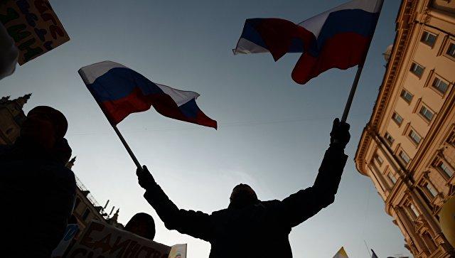 Мужчина с флагами России. Архивное фото
