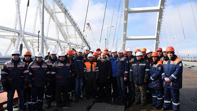 Президент России Владимир Путин со строителями на стройплощадке Крымского моста. 14 марта 2018
