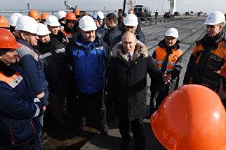 Президент России Владимир Путин пообщался со строителями на стройплощадке Крымского моста. 14 марта 2018