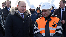 Президент России Владимир Путин и председатель совета директоров компании Стройгазмонтаж Аркадий Ротенберг на строительной площадке Крымского моста