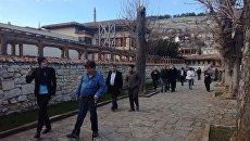 Иностранные наблюдатели, приехавшие в Крым для освещения выборов президента, прогуливаются в окрестностях Ханского дворца в Бахчисарае