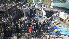 Спасатели на месте крушения самолета на Филиппинах. 17 марта 2018