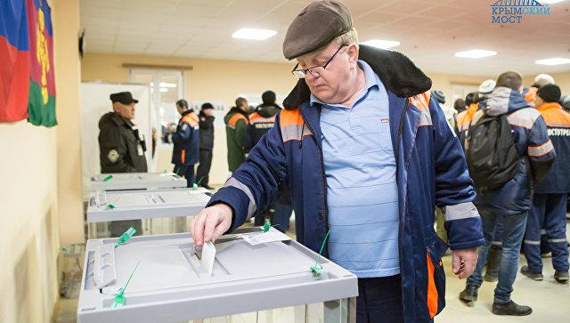 Строители Крымского моста голосуют на избирательных участках в рабочих поселках во время выборов президента РФ