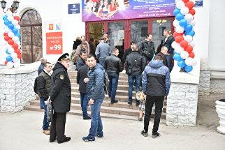 Очередь перед открытием избирательного участка в Севастополе