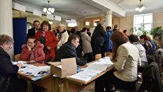 Избиратели на участке в симферопольской гимназии №1 во время выборов президента России