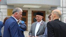 Глава Духовного собрания мусульман России, муфтий Альбир Крганов (в центре) и глава Бахчисарайского районного совета Рефат Дердаров (слева)