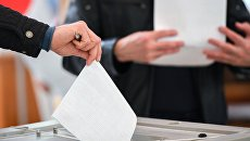 Люди голосуют на выборах президента Российской Федерации