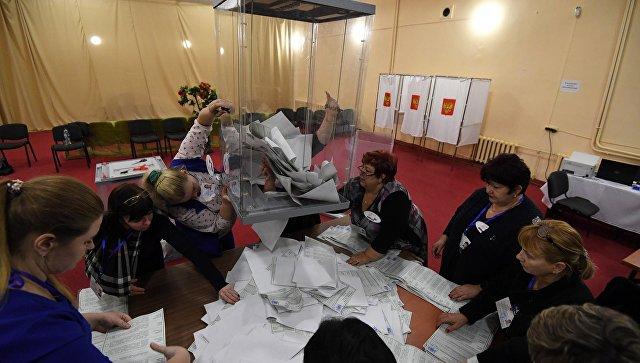 Вскрытие урны с бюллетенями на избирательном участке в Симферополе