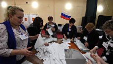 Выемка и подсчет бюллетеней на избирательном участке в Симферополе