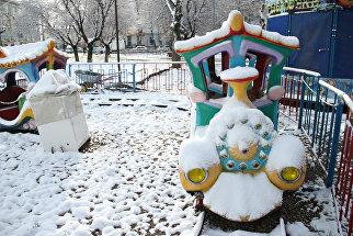 Снег на детских аттракционах в парке имени Тренева в Симферополе. 22 марта 2018