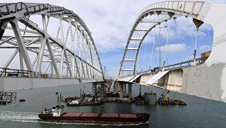 Судно проходит под арками Крымского моста