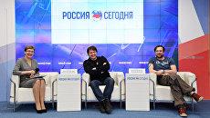 Актеры Денис Матросов (в центре) и Петр Красилов(справа) на пресс-конференции в пресс-центре МИА Россия сегодня в Симферополе