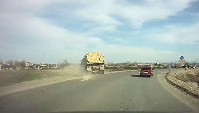 Наобъездной Симферополя фургон лег набок