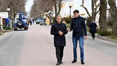 Глава администрации Евпатории Андрей Филонов во время прогулки с корреспондентом сайта РИА Новости Крым