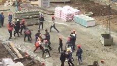 Массовая драка рабочих на стройплощадкеке в Краснодаре. Съемка очевидца