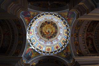 Купол и своды арок Александро-Невского кафедрального собора в Симферополе