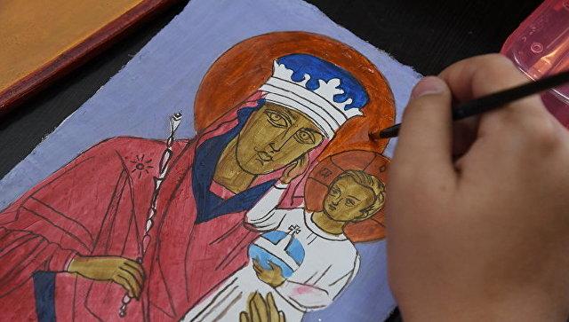 Воспитанники воскресной школы Купель пишут икону