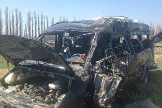 Фото с места столкновения микроавтобуса и электропоезда на железнодорожном переезде под Армянском