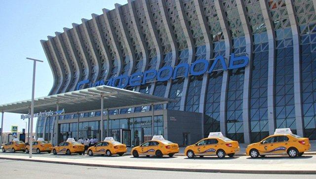Автомобили такси нового терминала аэропорта Симферополь