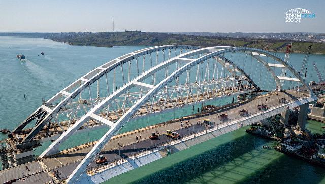Укладка асфальтобетона на автодорожной арке Крымского моста