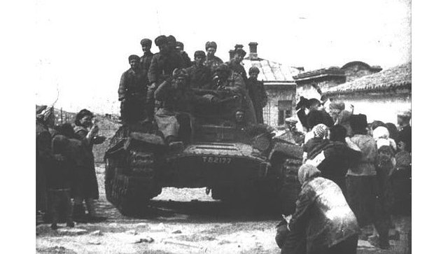 Жители освобожденной от немецко-фашистских захватчиков Феодосии встречают советских танкистов. 13 апреля 1944 года